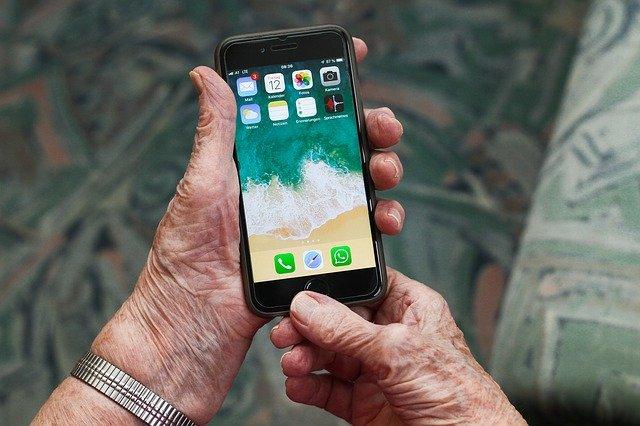 Igualdad distribuirá 73 dispositivos móviles y Wifi entre sus 14 residencias para reforzar la comunicación de los mayores con sus familias